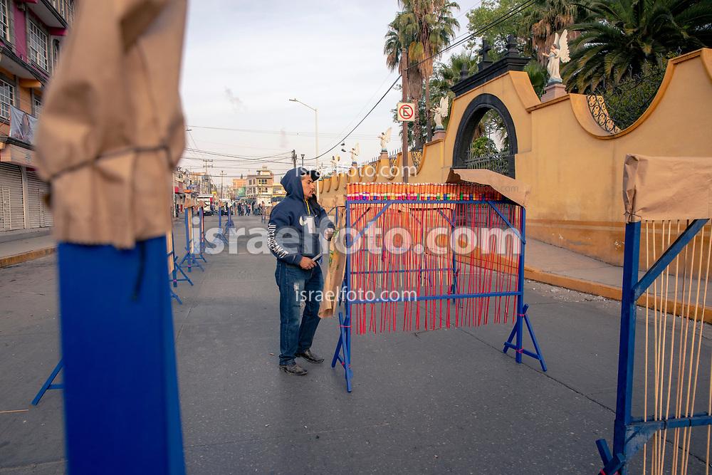 08 marzo 2021, Tultepec, México. Juan García,  pirotécnico, prepara la quema de una salva de cohetones como parte de la celebración anual en honor a San Juan de Dios.