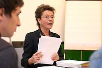 06 OCT 2003, BERLIN/GERMANY:<br /> Angelika Beer, B90/Gruene, Bundesvorsitzende, mit Akten, vor Beginn der Sitzung des Bundesvorstandes von Buendnis 90 / Die Gruenen, Bundesgeschaeftsstelle<br /> IMAGE: 20031006-01-004<br /> KEYWORDS: Unterlagen, papers