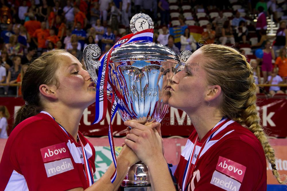 02-06-2011 HANDBAL: BEKERFINALE QUINTUS - SEW: ALMERE<br /> (L-R) Linda Wals en Linda Kamp zijn blij met de beker<br /> ©2011-FotoHoogendoorn.nl / Peter Schalk