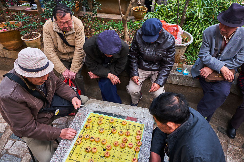 Chine, Province du Yunnan, Kunming, joueurs d'echec chinois et buveur de thé dans le parc du lac d'émeraude // China, Yunnan, Kunming, chinese chess players and tea drinker in the green lake park