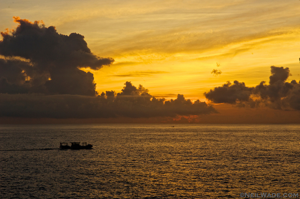 The fishing boats head out as the sun rises at Shitiping.