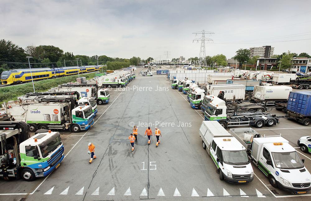 Nederland, Schiedam , 3 juli 2012..Het parkeerterrein van Irado..NV Irado in Schiedam is een veelzijdig bedrijf. Irado zamelt huishoudelijk afval in voor 4 gemeenten, beheert de openbare ruimte voor Schiedam en levert een scala aan diensten voor lokale overheden en het midden- en kleinbedrijf..Foto:Jean-Pierre Jans