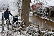 Gemaal Dwersfeart, Gorredijk, kort na inwerkingstelling. Rayonbeheerder Klaas Frieswijk van Wetterskip Fryslân inspecteert de bedieningskast.