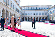 Staatsbezoek van Koning en Koningin aan de Republiek Italie - dag 1 - Rome /// State visit of King and Queen to the Republic of Italy - Day 1 - Rome<br /> <br /> Op de foto / On the photo: Koningin Maxima en de dochter van de Italiaanse president, Laura Mattarella bij het Palazzo del Quirinale // Queen Maxima and the daughter of the Italian President, Laura Mattarella at the Palazzo del Quirinale
