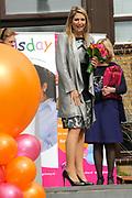 Prinses Máxima geeft startsein 'Girlsday' voor bètawetenschap en techniek bij TNO in Den Haag.Ruim 300 bedrijven en onderwijsinstellingen door heel Nederland openen op deze dag hun deuren om meisjes enthousiast te maken voor techniek. <br /> <br /> Princess Máxima launches' Girls Day'for exact sciences and technology at TNO in The Haugue.Over 300 companies and educational institutions throughout the Netherlands open their doors on this day. <br /> <br /> Op de foto / On the photo:  Prinses Maxima vertrekt / Prinses Maxima leaves