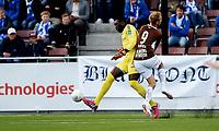 Fotball , 7. juni 2015 ,   Eliteserien , Tippeligaen <br /> Mjøndalen - Sarpsborg<br /> Duwayne Kerr , Sarpsborg , får her dømt straffe mot seg i denne duelen med Mads Hansen , MIF