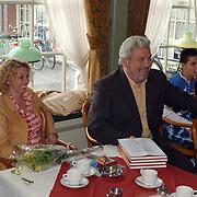Uitreiking boek over de palingsound in volendam, Ernst Daniel Smid en vrouw Rosamarie Giesen van der Sluis