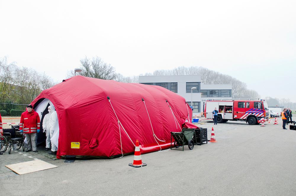 De decontaminatietent, waar besmette slachoffers worden gedouched.  In het Calamiteitenhospitaal in Utrecht wordt een rampenoefening gehouden. De nadruk ligt op de contaminatie, door een gekantelde vrachtwagen zijn veel slachtoffers in aanraking gekomen met een chemische stof. Voor het eerst wordt er geoefend met een zogenaamde decontaminatietent. Als de tent bevalt, schaft het ziekenhuis zo'n tent aan. Bij de 'ramp' zijn 100 slachtoffers gevallen.<br /> <br /> The decontamination tent, where contaminated victims are cleaned. In the Trauma and Emergency Hospital in Utrecht an calamity training was held. The emphasis is on the contamination by an overturned truck, many victims are contaminated by a chemical. For the first time a so-called decontamination tent was used. If the tent fulfills the expectations, a tent will be purchased. The 'calamity' caused 100 victims.