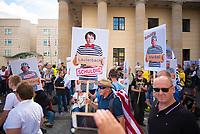 """DEU, Deutschland, Germany, Berlin, 29.08.2020: Demonstration von Gegnern der Corona-Maßnahmen. Teilnehmer mit Schildern: """" Karl Lauterbach, Merkel, Drosten schuldig"""". Kaum jemand hielt sich an die Auflagen, Mund-Nase-Bedeckung trug fast niemand, Abstandsregeln wurden nicht eingehalten. Die Initiative """"Querdenken"""" hatte zu den Protesten gegen die Corona-Maßnahmen der Regierung aufgerufen."""