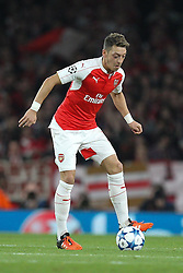 20.10.2015, Emirates Stadium, London, ENG, UEFA CL, FC Arsenal vs FC Bayern Muenchen, Gruppe F, im Bild Mesut Oezil #11 (FC Arsenal London) // during UEFA Champions League group F match between Arsenal FC and FC Bayern Munich at the Emirates Stadium in London, Great Britain on 2015/10/20. EXPA Pictures © 2015, PhotoCredit: EXPA/ Eibner-Pressefoto/ Kolbert<br /> <br /> *****ATTENTION - OUT of GER*****