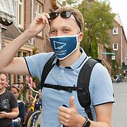 NL/Amsterdam/20200820 - Arjen Lubach signeersessie, Arjen Lubach met een mondkapje met de titel van zijn nieuwe boek
