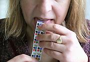 Nederland, Ubbergen, 27-2-2012Een vrouw, huisvrouw, plakt spaarzegels van de Plus op de spaarkaart. Hiermee kan ze later artikelen gratis of goedkoop krijgen, of inwisselen tegen contant geld.Foto: Flip Franssen/Hollandse Hoogte