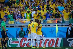 David Luiz comemora gol com Neymar na partida entre Brasil x Chile, válida pelas oitavas de final da Copa do Mundo 2014, no Estádio Mineirão, em Belo Horizonte. FOTO: Jefferson Bernardes/ Agência Preview