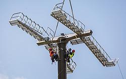 THEMENBILD - Industriekletterer bei der Montage der neuen Liftstützen für die K-onnection Liftanlagen die per Seil von einem Super Puma Hubschrauber eingeflogen werden. Ab Dezember 2019 wird das Familienskigebiet Maiskogel mit dem Gletscherskigebiet Kitzsteinhorn verbunden sein, aufgenommen am 24. Juli 2018 in Kaprun, Österreich // Industrial climbers installing the new lift supports for the K-onnection lifts, which are flown in from a Super Puma helicopter, Kaprun, Austria on 2018/07/24. EXPA Pictures © 2018, PhotoCredit: EXPA/ JFK