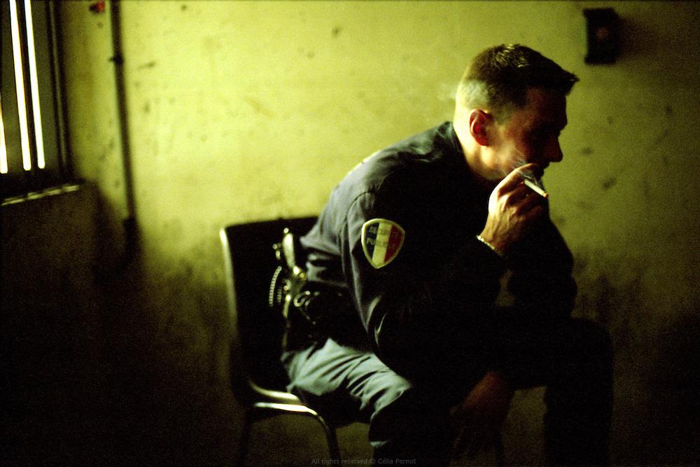 Dans la salle d'attente réservée aux policiers au tribunal de grande instance d'Evry.<br /> Waiting at Evry city's court.