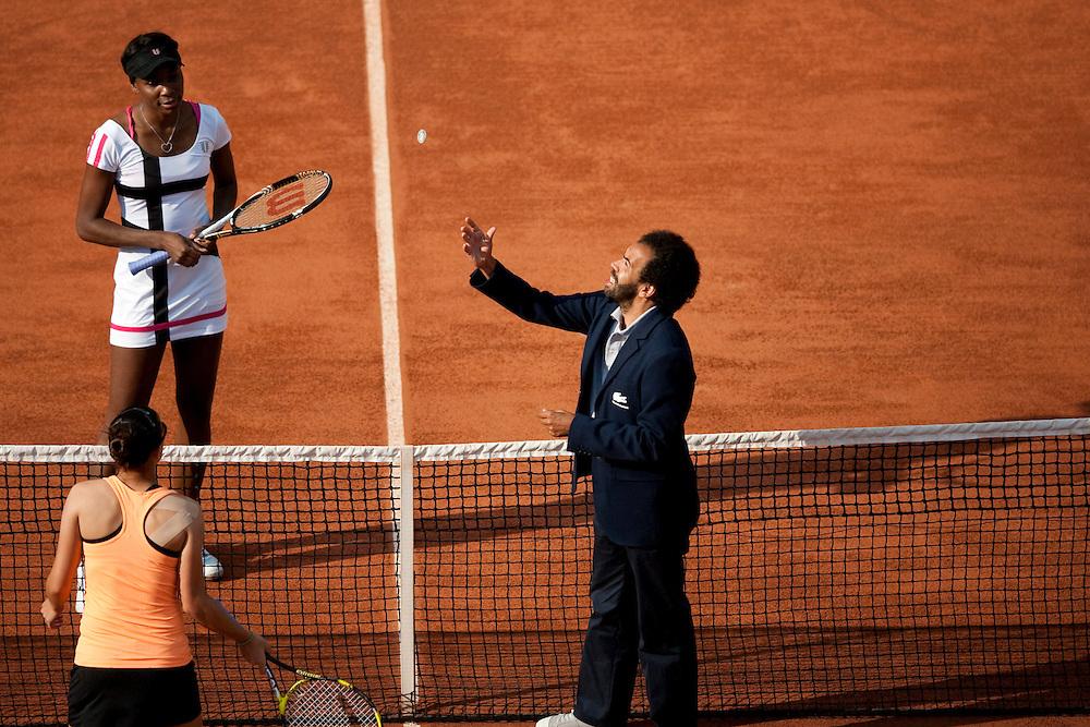 Roland Garros. Paris, France. May 27th 2012.Game draw between American player Venus Williams (top) and Paula Ormaechea..