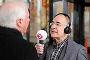 De complete lijst van de Radio 2 Top 2000 is bekend gemaakt in een speciale uitzending van het Radio 2-programma 'Tijd voor Twee Proeflokaal' van Frits Spits van 12.00 tot 14.00 uur in het Top 2000 cafe in beeld en geluid, Hilversum<br /> <br /> Op de foto:  Frits Spits in gesprek met Radio2 netmanager Kees Toering
