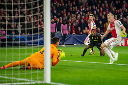 10-04-2019 NED: Champions League AFC Ajax - Juventus,  Amsterdam<br /> Round of 8, 1st leg / Ajax plays the first match 1-1 against Juventus during the UEFA Champions League first leg quarter-final football match / Joel Veltman #3 of Ajax, Alex Sandro #12 of Juventus, Wojciech Szczesny #1 of Juventus, Donny van de Beek #6 of Ajax