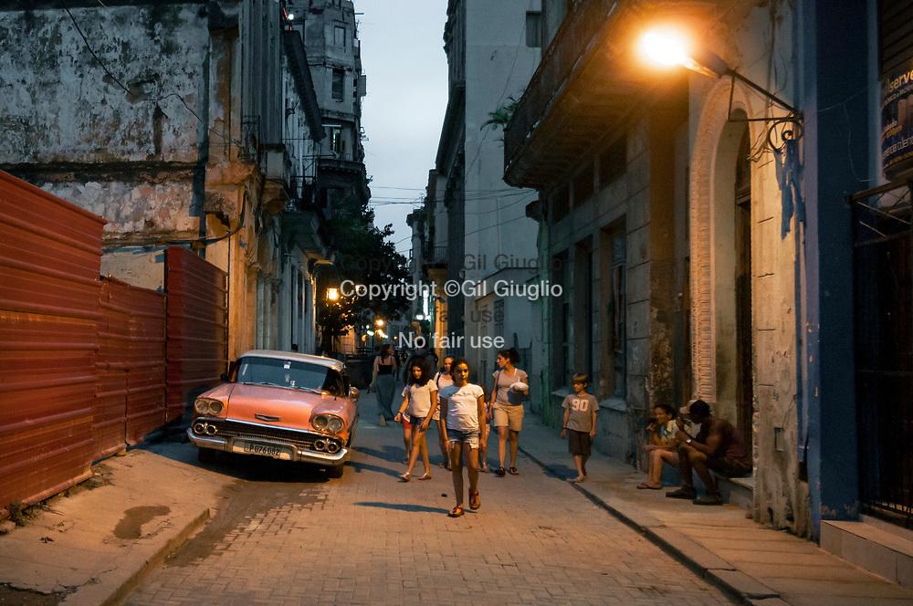 Cuba, La Havane, quartier Habana Vieja classé Patrimoine mondial par l'Unesco, rue Obispo la nuit // Cuba, Havana, Habana Vieja at the World Heritage by Unesco, Obispo Street at night