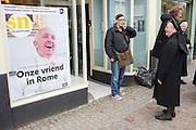Een non bekijkt de cover van Straatnieuws met de Paus. In Utrecht is de Straatnieuws gelanceerd met een grote primeur: een interview met de Paus.