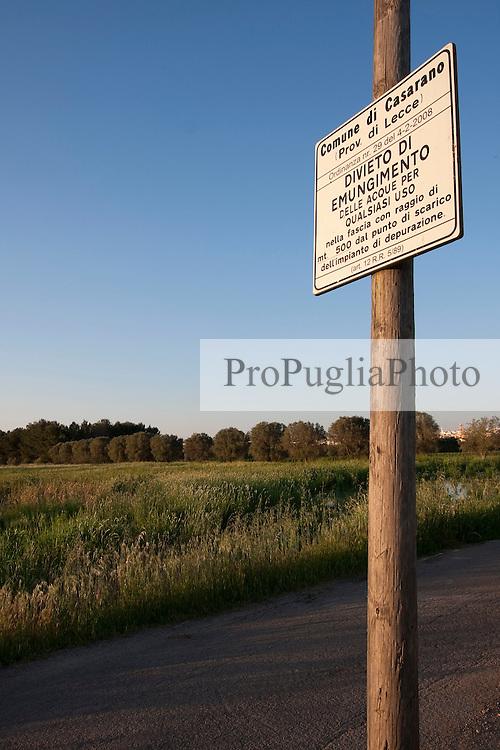 Cartello di avvertimento che informa sull'ordinaza comunale che vieta l'utilizzo per qualsiasi uso delle acque nel raggio di 500 metri dallo scarico del depuratore.