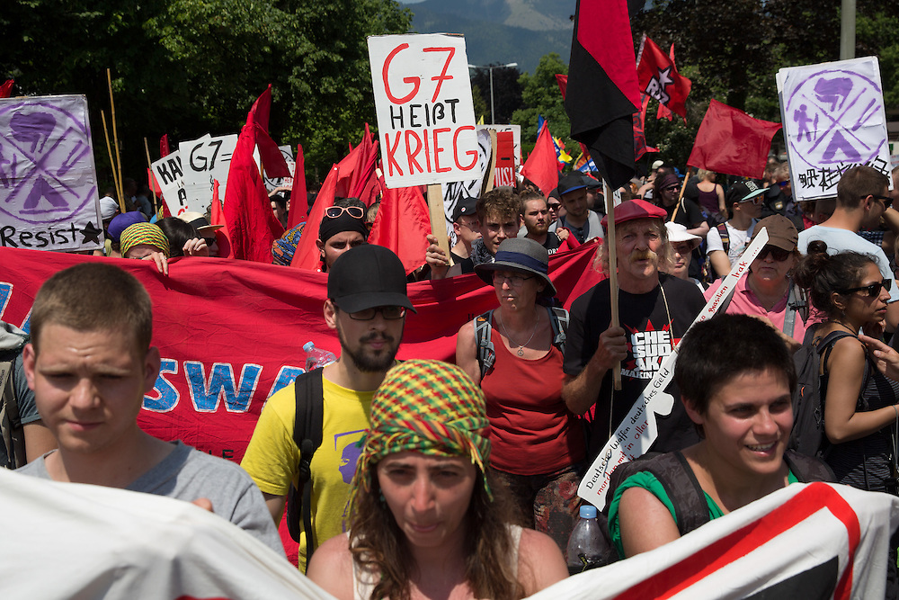 Mehrere tausend Menschen protestieren in Garmisch-Partenkirchen gegen den G7-Gipfel au Schloss Elmau. Kurzzeitig kam es zu einem Gerangel zwischen Polizisten und Demonstranten. Die Polizeikräfte setzten Schlagstock und Pfefferspray ein. Die Demonstration wurde friedlich zu Ende geführt. Demonstranten mit Schild: G7 heißt Krieg.
