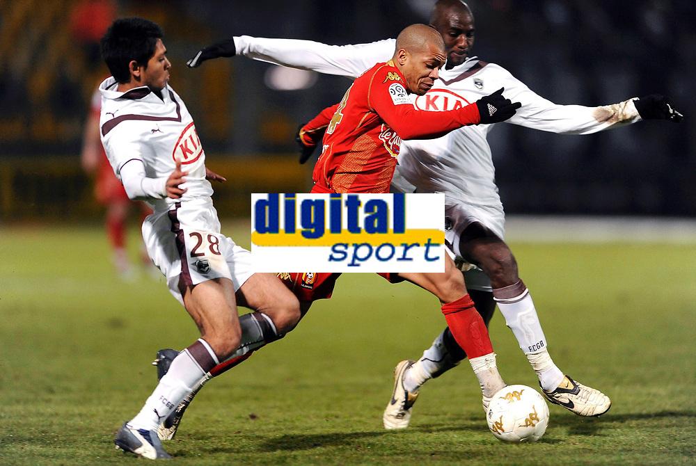 Fotball<br /> Frankrike<br /> Foto: DPPI/Digitalsport<br /> NORWAY ONLY<br /> <br /> FOOTBALL - FRENCH CHAMPIONSHIP 2008/2009 - L1 - LE MANS UC 72 v FC GIRONDINS BORDEAUX - 13/12/2008 - MATHIEU DOSSEVI (MANS) / ALOU DIARRA / BENOIT TREMOULINAS (BOR)