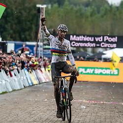 03-11-2019: Cycling: Superprestige Veldrijden: Ruddervoorde<br />Mathieu van der Poel heeft zijn eerste zege van het seizoen binnen: bij zijn eerste wedstrijd van het jaar in Ruddervoorde sloeg de wereldkampioen direct toe.<br /> Laurens Sweeck wist het lang aan te dringen, maar ook de Belg moest in het laatste kwart van de wedstrijd zijn Nederlandse rivaal laten gaan.