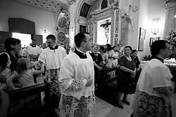 Questa foto è stata scattata all'interno della chiesa dell'Arcangelo Michele che si trova nel paesino di Mesagne (Br). Questi preti si preparano a portare in processione la statua della protettrice del paese, la Madonna del Carmine.