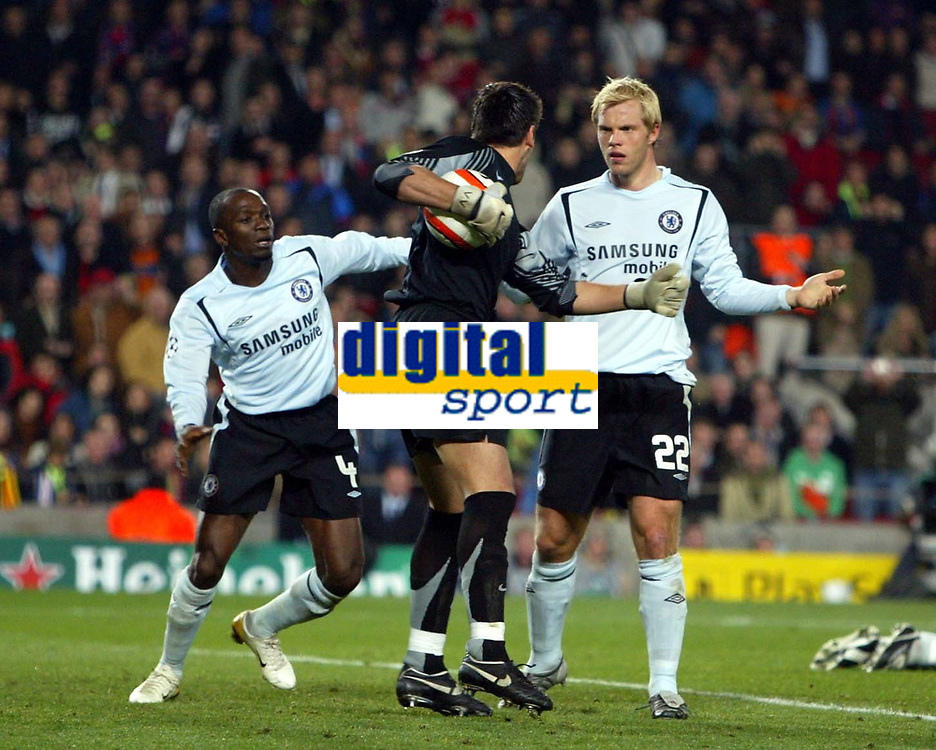 Photo: Chris Ratcliffe.<br /> Barcelona v Chelsea. UEFA Champions League. 07/03/2006.<br /> Claude Makelele and Eidur Gudjohnsen demand the ball back from Victor Valdes in the Barca goal