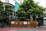 Tokyo Shimbashi 24-24 - Shimbashi est l'un des plus importants quartiers d'affaire de Tokyo. <br /> Dès le matin, sorties directement des wagons bondés, des nuées de femmes et d'hommes vêtus du costume de rigueur se pressent pour rejoindre leurs bureaux. Après ce déploiement des forces actives, la vie de quartier se poursuit paisiblement par les livraisons de commerces et les pauses des passants.<br /> À la fin de la journée, le flux des salarymen s'inverse pour rejoindre la gare ou s'arrêter dans les quartiers d'amusement. Restaurants, salles de jeux pachinko, bar à hôtesses ou salons de massages, se concentrent en une même zone. <br /> Shimbashi montre alors une autre image. La vente des plaisirs s'organise par un quadrillage méthodique. Sous le regard et les directives de leur supérieur, les rabatteurs postés oriente la clientèle, les hôtesses proposent des massages dans les salons privés ou chuchotent les extra sexuels si affinité financière. <br /> La nuit s'active ainsi jusqu'au dernier train ou au petit matin pour les plus téméraires, et avant l'arrivée des salarymen, le quartier fait peau neuve pour que s'effacent toutes traces de cette vie nocturne.<br /> <br /> Tokyo Shimbashi  24-24 est un projet photographique réalisé en binôme avec le photographe Marseillais Romain Vivalan du 15 juin 2017 5:00:00 au 16 juin 2017 5:00:00, 24 heures chrono au plein cœur de Shimbashi pour en exprimer l'essence.  Photo © Sebastien Lebegue