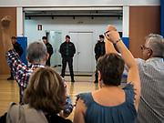 Les membres du bureau de vote protestent pendant que La guardia civile fouille  le gymnase ou se situe le bureau de vote de St Julia de Ramis , c'est ici que doit voter le president Carles Puigdemont