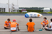 Op de RDW baan bij Lelystad test het Human Powered Team Delft en Amsterdam de nieuwe recordfiets , de VeloX3. Met de speciale ligfiets wil het team dat bestaat uit studenten van de TU Delft en de VU Amsterdam het wereldrecord fietsen verbreken. Dat staat nu op 133 km/h.<br /> <br /> At the RDW test track near Lelystad the Human Powered Team Delft and Amsterdam test the new record bike, the VeloX3. With the special recumbent bike the team, consisting of students of the TU Delft and the VU Amsterdam, wants to set a new world record cycling. The current speed record is 133 km/h.