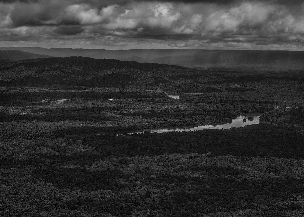 Maroni, 2015.<br /> <br /> Politiquement, le Maroni est un fleuve frontière qui sépare la Guyane du Suriname. Cette discontinuité administrative révèle ici davantage une zone aux confins des territoires nationaux et délimite un monde qui est aussi une impasse dans laquelle la survie dépend de la capacité d'échange avec la rive opposée.