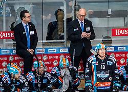 19.11.2019, Keine Sorgen Eisarena, Linz, AUT, EBEL, EHC Liwest Black Wings Linz vs EC VSV, 1. Runde, im Bild v.l. Assistent-Coach Mark Szücs (EHC Liwest Black Wings Linz), Head-Coach Tom Rowe (EHC Liwest Black Wings Linz) // during the Erste Bank Eishockey League 1th round match between EHC Liwest Black Wings Linz and EC VSV at the Keine Sorgen Eisarena in Linz, Austria on 2019/11/19. EXPA Pictures © 2019, PhotoCredit: EXPA/ Reinhard Eisenbauer