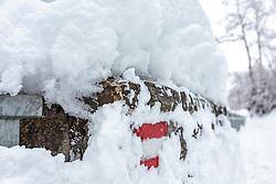 THEMENBILD - eine rot-weiß-rote Wegmarkierung mit Schnee bedeckt, aufgenommen am 03. Februar 2018, Kaprun, Österreich // a red-white-red trail marker covered with snow on 2018/02/03, Kaprun, Austria. EXPA Pictures © 2018, PhotoCredit: EXPA/ Stefanie Oberhauser
