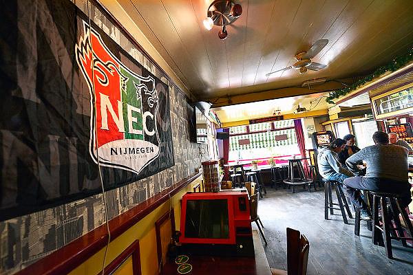 Nederland, Nimegen, 23-6-2015De harde kern van NEC supporters hebben een nieuw cafe gekozen als thuishonk, stamcafe.Het is cafe de Harmonie in Hatert.FOTO: FLIP FRANSSEN/ HOLLANDSE HOOGTE