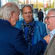NLD/Hilversum/20181003 - Onthulling Mies Bouwman Totempaal, Pieter Broertjes, Han Peekel en cameraman Bert