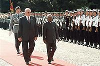 08.09.1998, Germany/Bonn:<br /> Roman Herzog, Bundespräsident, und Kocheril Raman Narayanan, Präsident der Republik Indien, Begrüßung mit militärischen Ehren, Villa Hammerschmidt<br /> IMAGE: 19980908-01/01-05