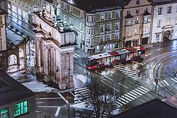 THEMENBILD - Verkehr an der Triumphpforte am Abend, aufgenommen am 22. Jänner 2021 in Innsbruck, Oesterreich // Traffic at the Triumphal Arch in the evening in Innsbruck, Austria on 2021/01/22. EXPA Pictures © 2021, PhotoCredit: EXPA/ JFK