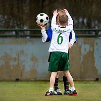 SERIE ROOKIE<br /> Nederland, Papendrecht, 28-03-2015.<br /> Korfbal, Competitie.<br /> PKC F7 - Deetos F4.<br /> 1e wedstrijd van de buitencompetitie in 2015.<br /> Dekking<br /> Foto : Klaas Jan van der Weij