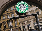Die vor kurzem eröffnete Starbucks Filiale am Kleinseitner Ring (Malostranske Namesti) in Prag.<br /> <br /> The new opened Starbucks branch store at the Malostranska square (Malostranske Namesti) in Prague.