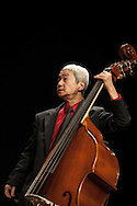 Ritratto di Hide Tanaka, contrabbassista. Portraits of Hide Tanaka, double bass player.