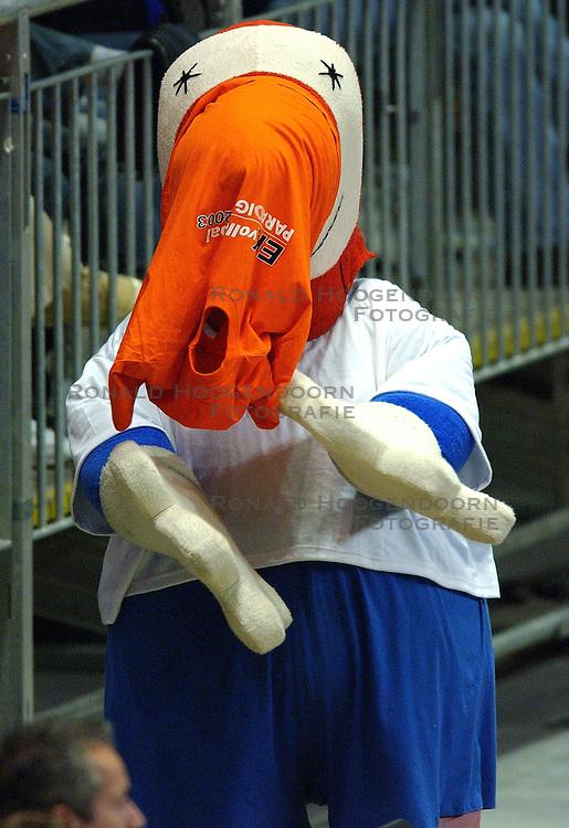 11-09-2003 VOLLEYBAL: EUROPEES KAMPIOENSCHAP: BULGARIJE - NEDERLAND: KARLSRUHR DUITSLAND<br /> Nederland -Bulgarije 0 -3 / EK Mascotte item<br /> ©2003-Ronald Hoogendoorn