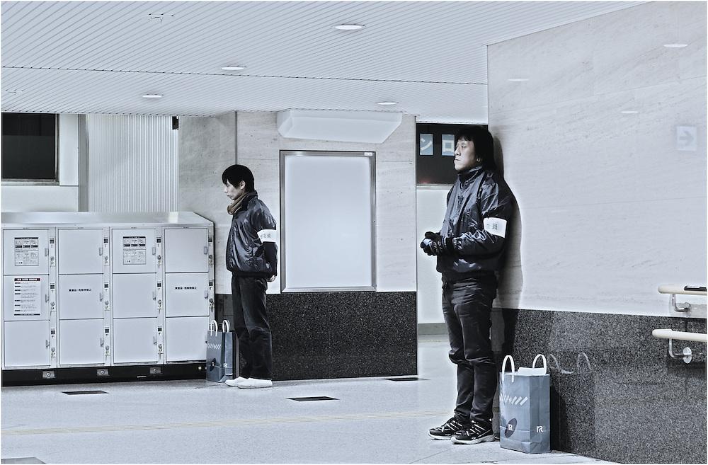 Deux étranges créatures comptent les milliers de passants dans un des couloirs de la gigantesque gare d'Osaka...