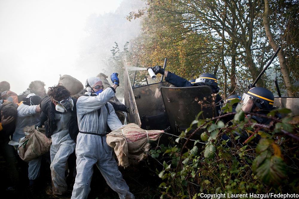 23112011. Percy/Flottemanville-Hague (Manche). Action de blocage d'un train de déchets nucléaires CASTOR par des manifestants.