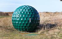 TEXEL - De Cocksdorp - WC in vorm van golfbal Golfbaan De Texelse. COPYRIGHT KOEN SUYK