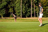 01-09-2016 Golffoto's van het Nationaal Open op de Hilversumsche Golf Club in Hilversum. finale.  Anne van Dam bekijkt de putt van Roos Haarman op 18