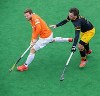 BLOEMENDAAL  - Roel Bovendeert (Bldaal) met Sebastian van der Graaf (Den Bosch) ) tijdens de oefenwedstrijd Bloemendaal-Den Bosch (m) .  COPYRIGHT KOEN SUYK