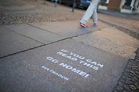 DEU, Deutschland, Germany, Berlin, 24.03.2020: If you can read this go home - Aufforderung nach Hause zu gehen. Um die Ausbreitung des Corona-Virus zu stoppen, sind die Bürger dazu angehalten, möglichst zu Hause zu bleiben. Auswirkungen der Pandemie, Coronavirus (Covid-19), Corona auf das öffentliche Leben in Berlin.